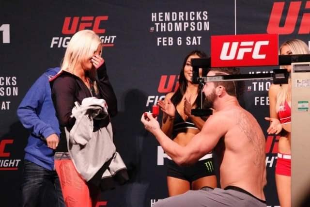 Pedido de casamento surpresa no UFC com lutador Alex Nicholson.