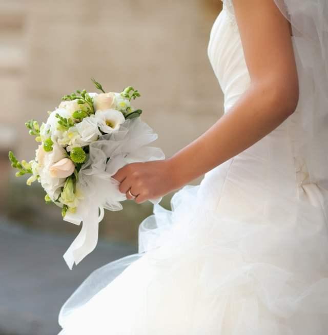 Casamento: noiva com buquê branco.