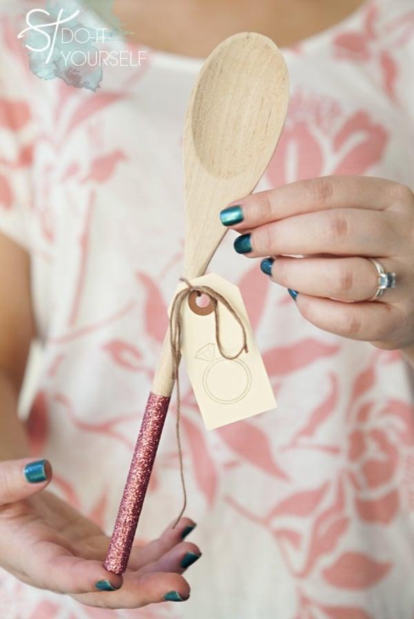 Tutorial de lembrancinha de chá de panela: passo a passo de colher de pau com glitter. Foto: Mike Carreiro Photography para Something Turquoise.