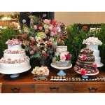 Mesa do bolo e doces de casamento na feira Cheers Off. Da Manô Doces. Foto de Ella Arts.