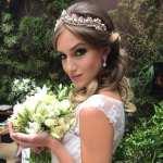 Maquiagem e penteado de noiva com coroa e buquê branco na feira de casamento Cheers Off. Foto: Edu Oliveira Makeup.