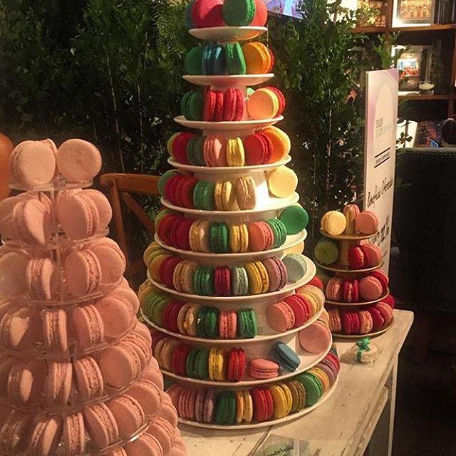 Torre de macarons na feira de casamento Cheers Off. Foto: Patricia Ivanoff.