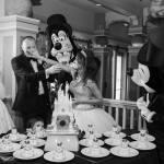 Casamento na Disney: noivos com bolo, Mickey, Minnie e Pateta.