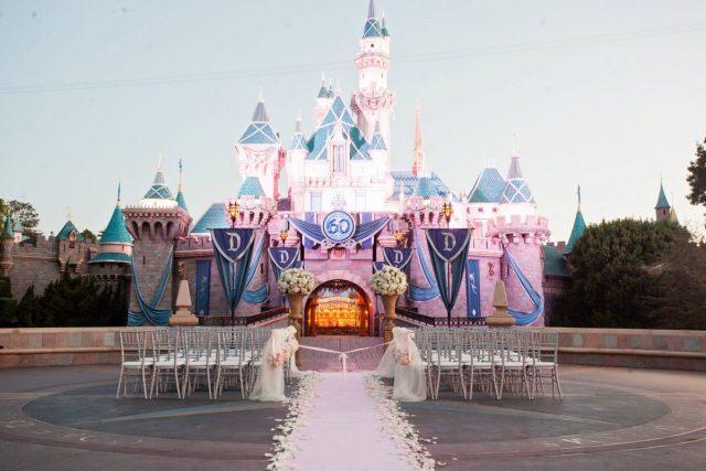Casamento na Disney: cerimônia em frente ao castelo da Bela Adormecida.