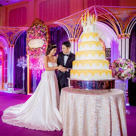 Casamento na Disney: bolo de casamento de vários andares com topo de bolo de castelo.