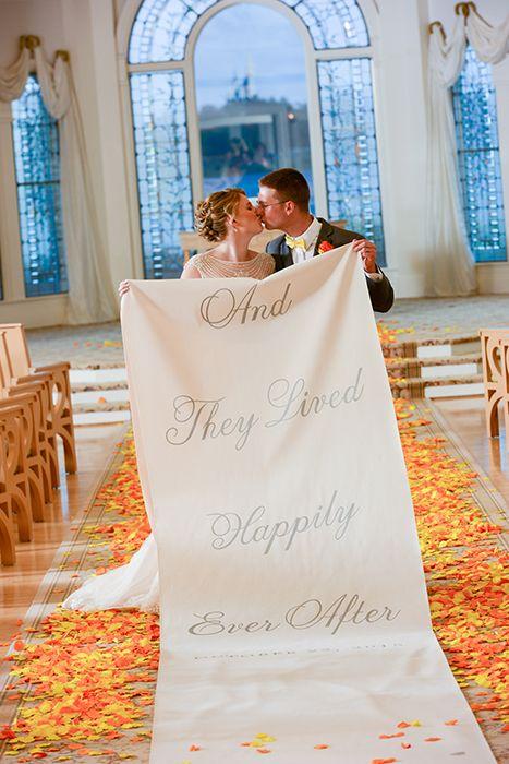 """Casamento na Disney: tapete da nave com mensagem """"viveram felizes para sempre""""."""