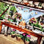 Casamento na praia Tabi e Carlos: decoração rústica na mesa do bolo. Foto: André Pinnola