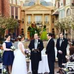 Casamento na Disney: noivos em frente ao jardim da Bela e a Fera.