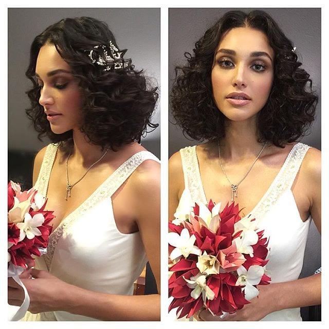 Casamento Débora Nascimento: buquê de origami, maquiagem e penteado de noiva do casamento com José Loreto. Cabelo curto e cacheado.