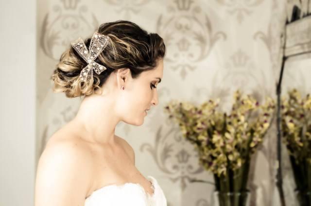 Acessório de cabelo tipo laço para noivas da D.Cantidio.