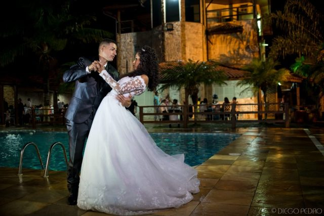 Foto linda de casamento. Vestido de noiva com manga comprida. Casamento Naara e Rodrigo. Foto: Diego Pedro.