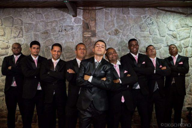 Padrinhos de casamento com gravata rosa combinando. Casamento Naara e Rodrigo. Foto: Diego Pedro.