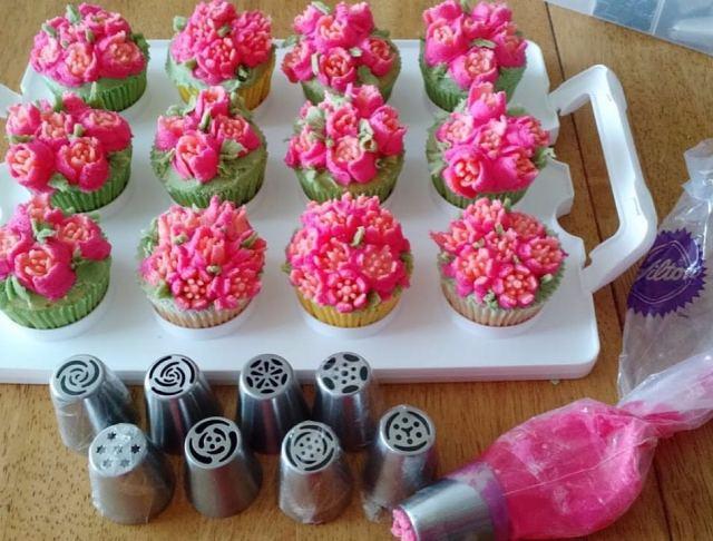 Como usar bicos russos para confeitar flores em cupcakes. Foto: Loja Santo Antônio.