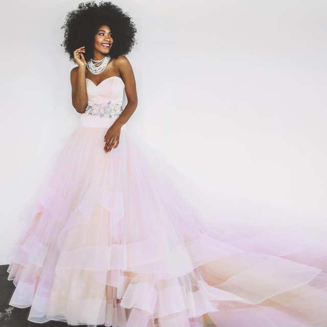 Vestido de noiva com detalhe colorido na saia em tons de rosa. Estilista Lazaro para JLM Couture.
