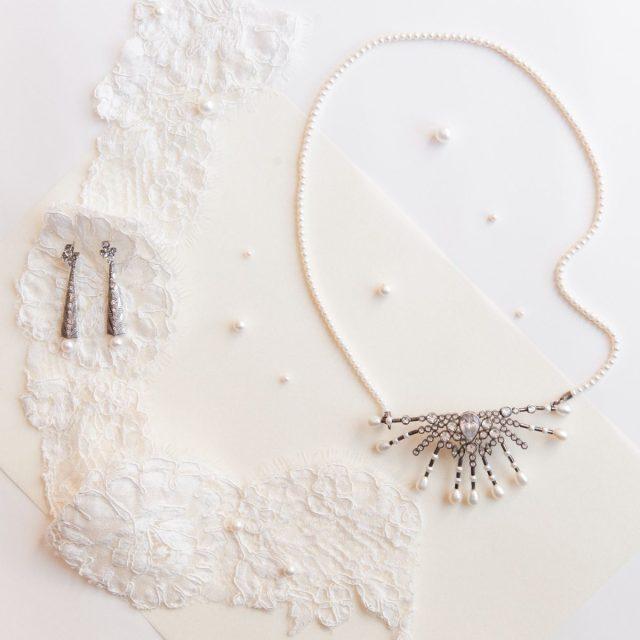 Ouro branco, diamantes e pérola em acessórios de cabeça, brincos e outras joias de Carol Bassi. Foto: Flavio Teperman.