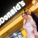 Noiva e noivo no McDonalds no dia do casamento. Foto: Perfil Studio Fotográfico.