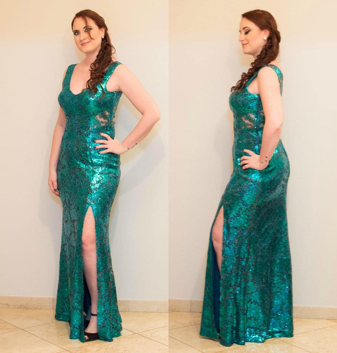 Vestido de festa para madrinha de casamento: modelo sereia, justo e com fenda na perna. Com brilho e lantejoulas azul petróleo. Vestido da loja Aslan Rigor. Foto: Nay Santos Fotografia para o blog Planejando Meu Casamento.