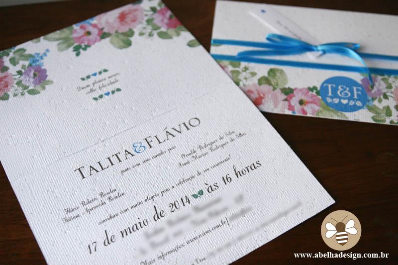 Convite de casamento floral em azul e branco, feito de papel semente, da Abelha Design.