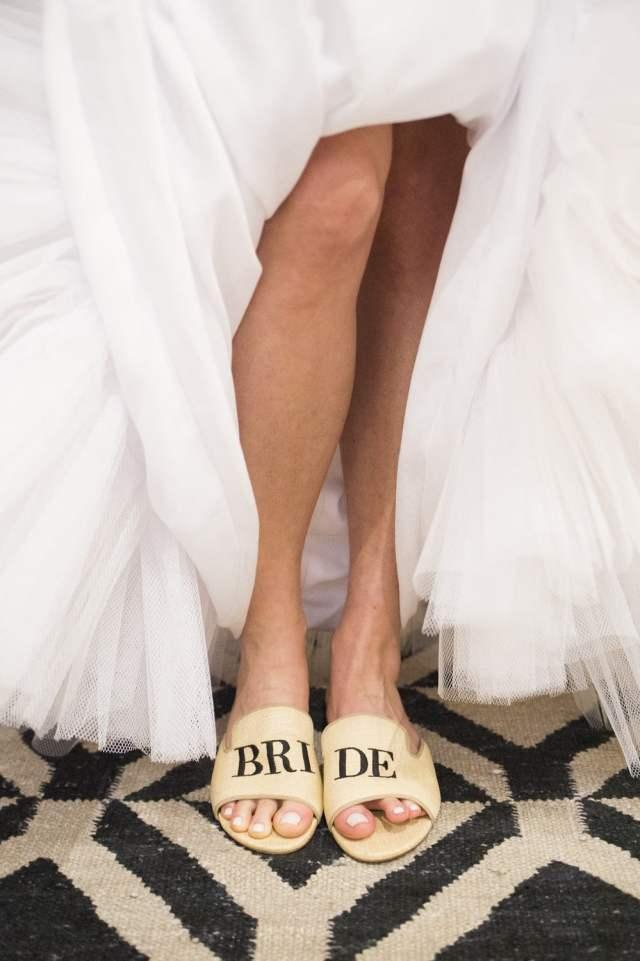 Loafers, slippers/chinelos personalizados para noivas e madrinhas de casamento da Blue Bird Shoes. Publicado no blog Planejando Meu Casamento.