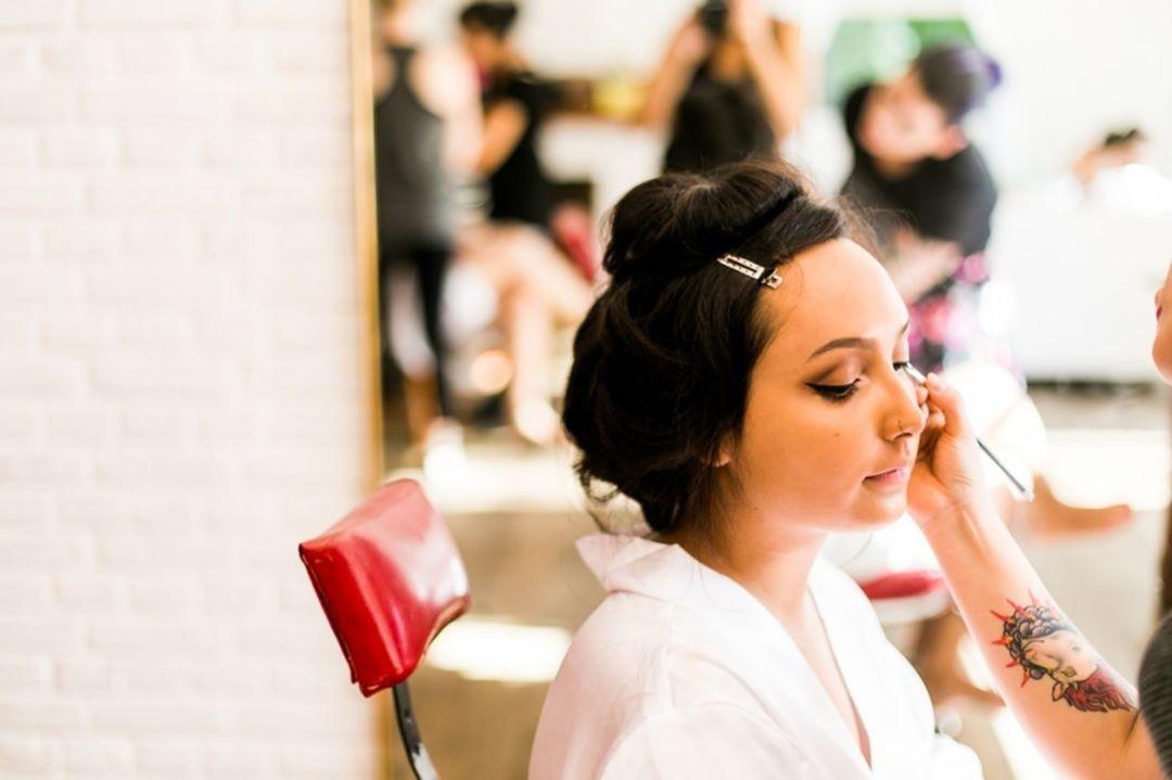 Fornecedores de casamento: Penteado e maquiagem de noiva a domicícilo por Amour Noivas.