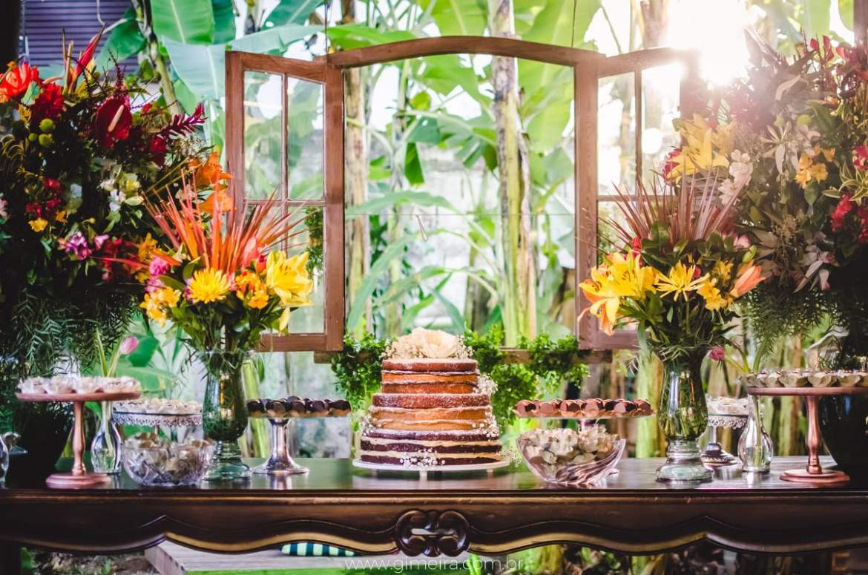 Mesa do bolo em casamento na praia. Decoração pela florista Lygia de Luca, da Leve Flores. Foto: GMeira Fotografia.