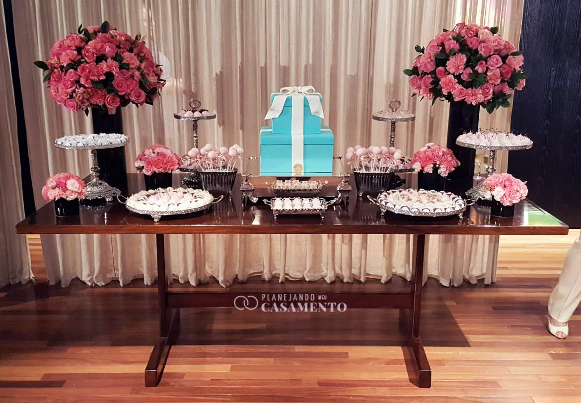 Mesa de doces do evento Tiffany Love Stories, assinada por Mariana Junqueira. Foto: blog Planejando Meu Casamento.