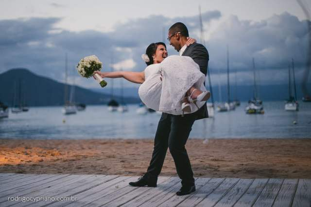 Melhores fotógrafos de casamento na praia (Ilhabela, Maresias e São Sebastião): Rodrigo Cypriano. Mais inspirações no site Planejando Meu Casamento ( www.planejandomeucasamento.com.br ).