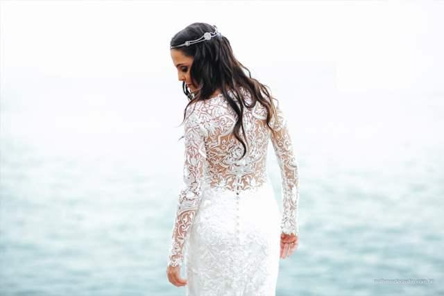 Costas do vestido de noiva com manga londa do estilista Lucas Anderi em casamento na praia em Ilhabela. Foto: Matheus de Castro. Mais inspirações no site Planejando Meu Casamento ( www.planejandomeucasamento.com.br ).