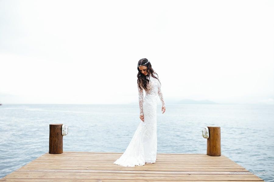 Vestido de noiva com manga londa do estilista Lucas Anderi em casamento na praia em Ilhabela. Foto: Matheus de Castro. Mais inspirações no site Planejando Meu Casamento ( www.planejandomeucasamento.com.br ).