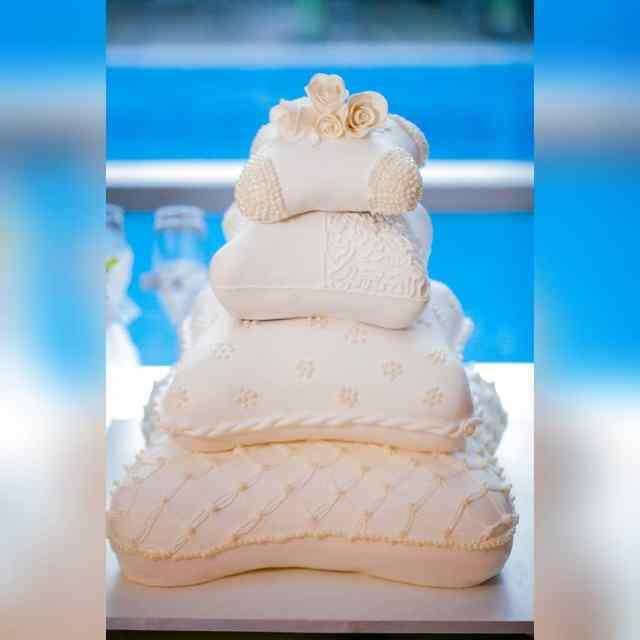 Bolo de casamento Pillow Cake feito por Cíntia Costa Cake Studio. Foto: Tardelli Photos.