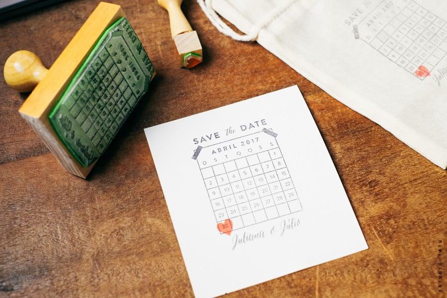 Save The Date de carimbo do Estudio Tatu. Mais dicas para noivas em www.planejandomeucasamento.com.br