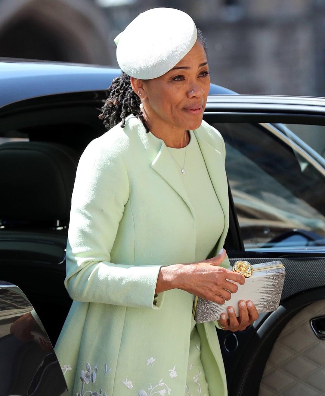 Vestido e chapéu usados mãe da noiva, Doria Ragland, no casamento Real: Príncipe Harry e Megan Markle. Mais detalhes no blog www.planejandomeucasamento.com.br