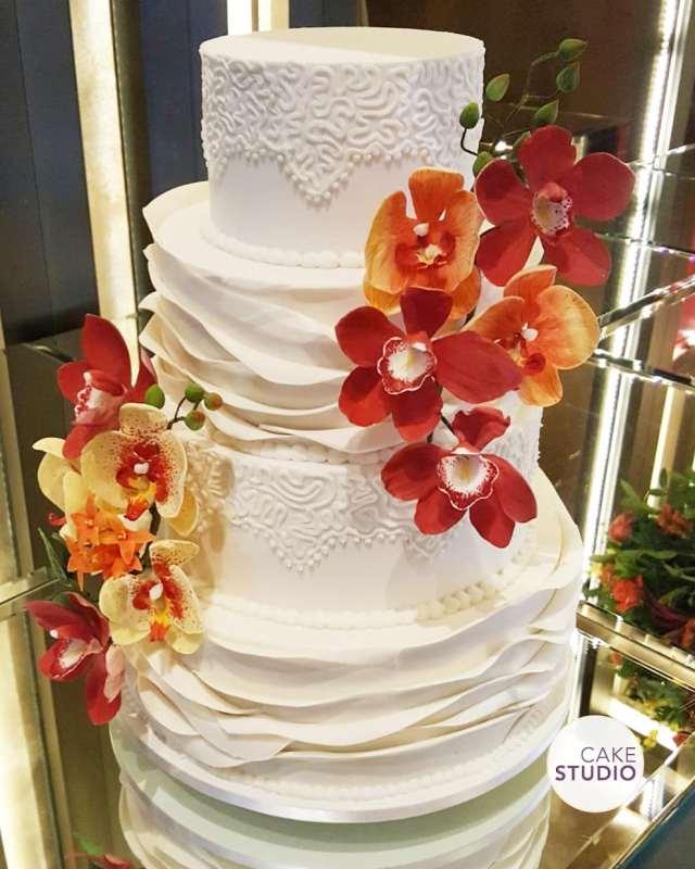 Bolo de casamento com 4 andares decorado com orquídeas de açúcar feito por Cake Studio ( www.cakestudio.com.br | contato@cakestudio.com.br )
