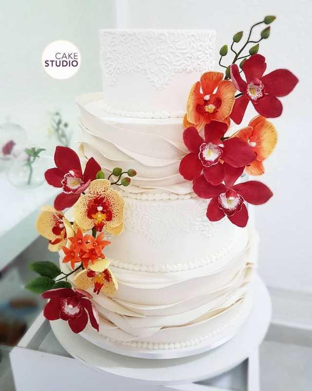 Bolo de casamento com 4 andares decorado com orquídeas de açúcar feito por Cake Studio ( www.cakestudio.com.br   contato@cakestudio.com.br )