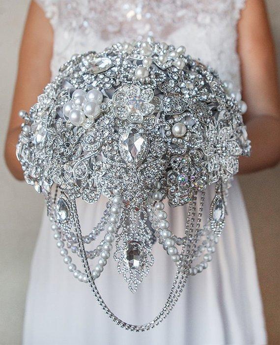 Buquê de noiva que parece jóia com broches e brilhantes. Mais dicas em www.planejandomeucasamento.com.br