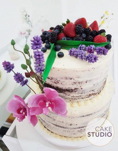 Bolo de casamento: semi naked cake de chocolate com frutas vermelhas e flores (lavandas e orquídeas) feito por Cake Studio ( contato@cakestudio.com.br )