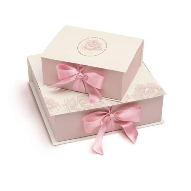 Caixa de presente para padrinhos de casamento da Cromus: rosa com flores.