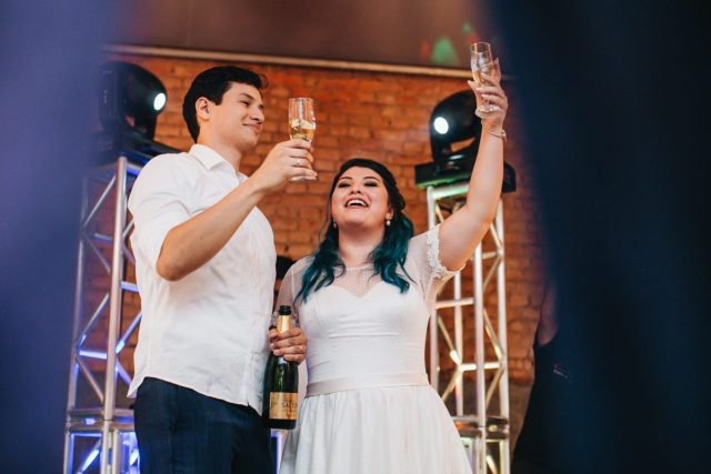 Casamento Dani e Raul: brinde dos noivos. Foto: Canvas Ateliê.