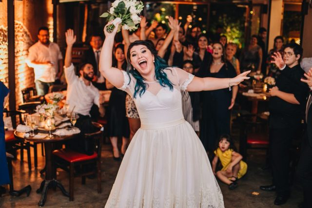 Casamento Dani e Raul: noiva joga o buquê. Foto: Canvas Ateliê.