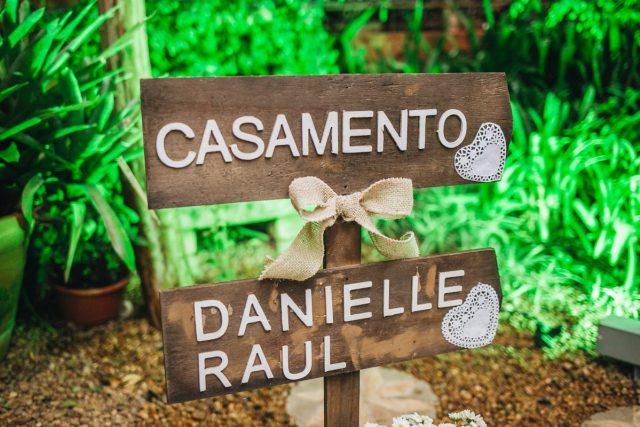 Casamento Dani e Raul: placa d emadeira com nome dos noivos. Foto: Canvas Ateliê.