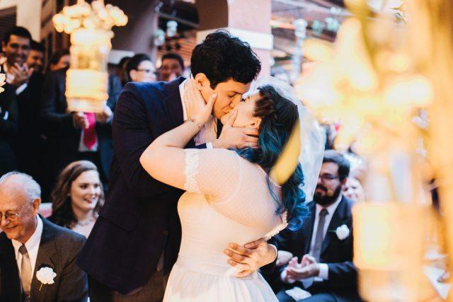 Casamento Dani e Raul: beijo dos noivos. Foto: Canvas Ateliê.