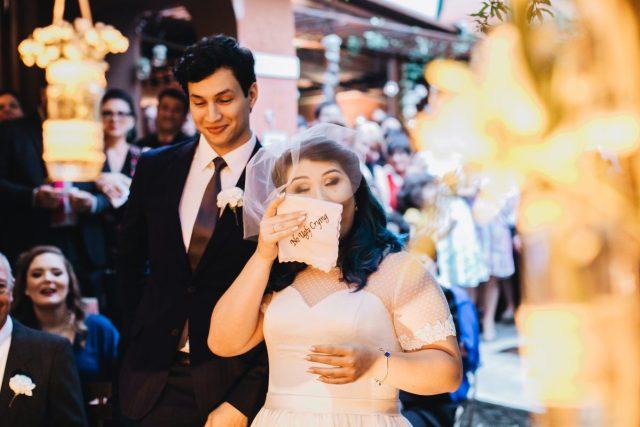 """Casamento Dani e Raul: lenço """"no ugly crying"""". Foto: Canvas Ateliê."""