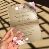 Convites de casamento transparentes de acrílico ou papel. Foto: Aliexpress. Mais inspirações em www.planejandomeucasamento.com.br