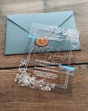 Convites de casamento transparentes de acrílico ou papel. Foto: @lilac.spb. Mais inspirações em www.planejandomeucasamento.com.br