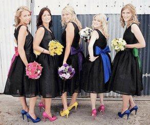 Madrinhas de casamento com sapatos coloridos cada um de uma cor. Foto: Honey Bee Weddings. Mais inspirações em www.planejandomeucasamento.com.br