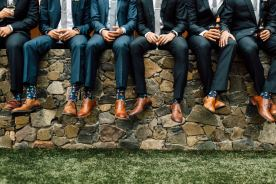 Padrinhos de casamento e noivos usando meias coloridas e estampadas. Foto: Plum and Oak. Mais inspirações em www.planejandomeucasamento.com.br