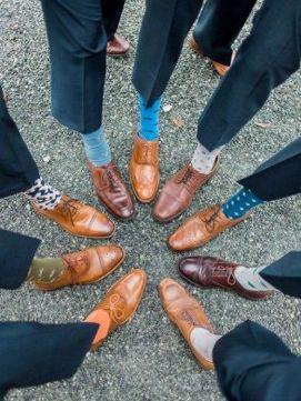 Padrinhos de casamento e noivos usando meias coloridas e estampadas. Foto: Every Last Detail. Mais inspirações em www.planejandomeucasamento.com.br
