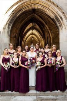 Vestidos de madrinhas de casamento em tons marsala e bordô. Foto: Blog Elo 7. Mais dicas em www.planejandomeucasamento.com.br