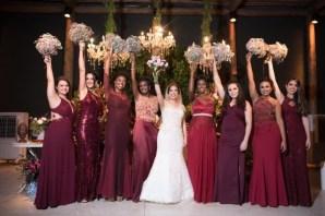 Vestidos de madrinhas de casamento em tons marsala e bordô. Foto: Papel e Estilo. Mais dicas em www.planejandomeucasamento.com.br