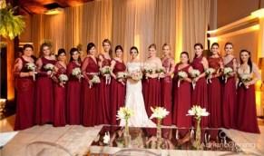 Vestidos de madrinhas de casamento em tons marsala e bordô. Foto: Adriano Oening. Mais dicas em www.planejandomeucasamento.com.br